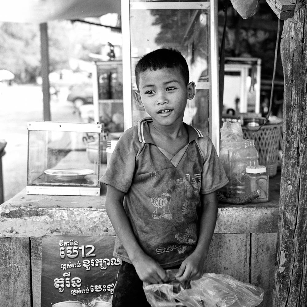 BT 1 Battambang : le jeune vendeur photos argentique analog