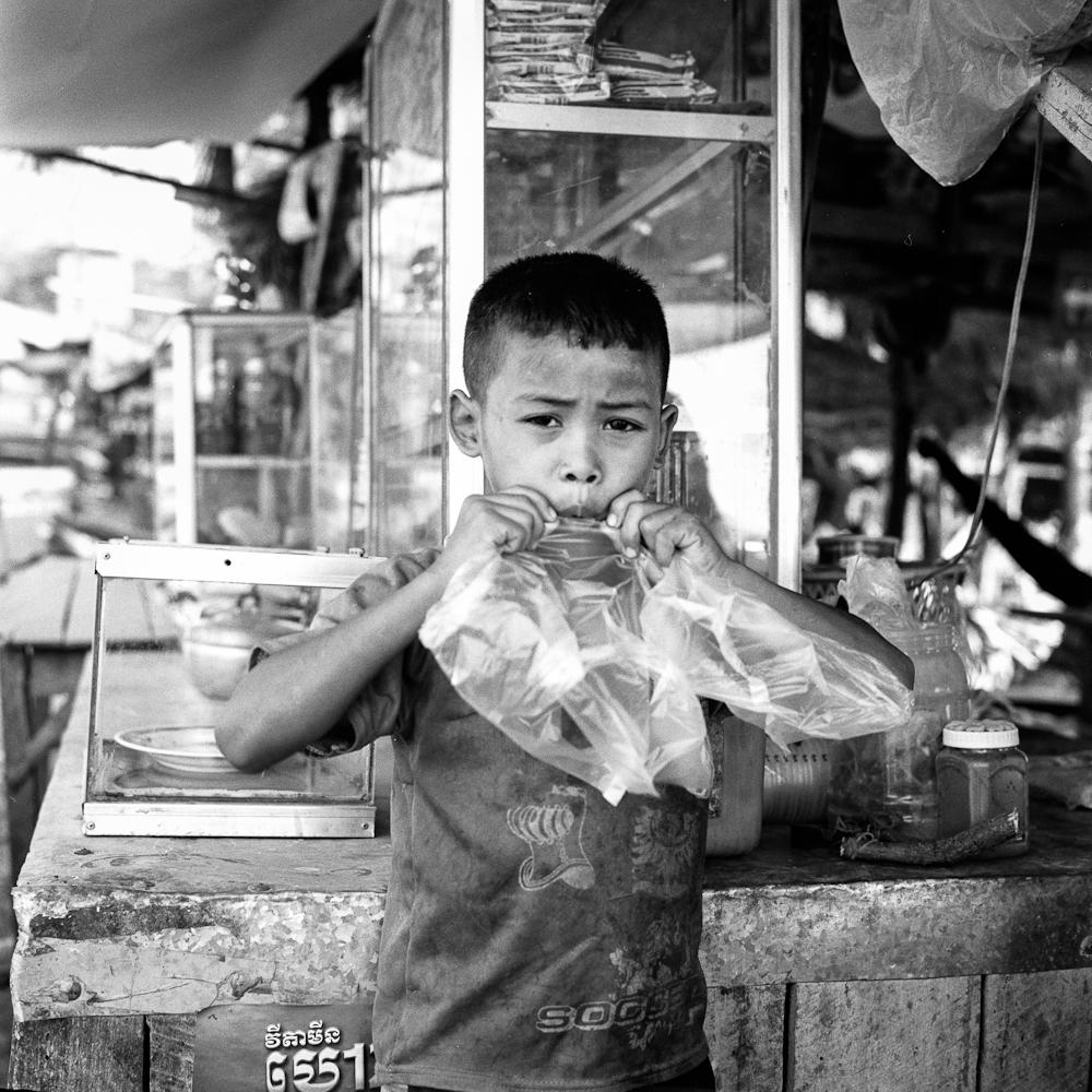 BT 2 Battambang : le jeune vendeur photos argentique analog
